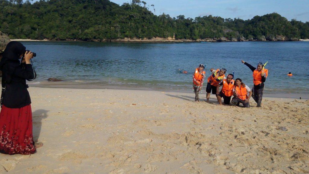 serunya snorkelling di pantai 3 warna