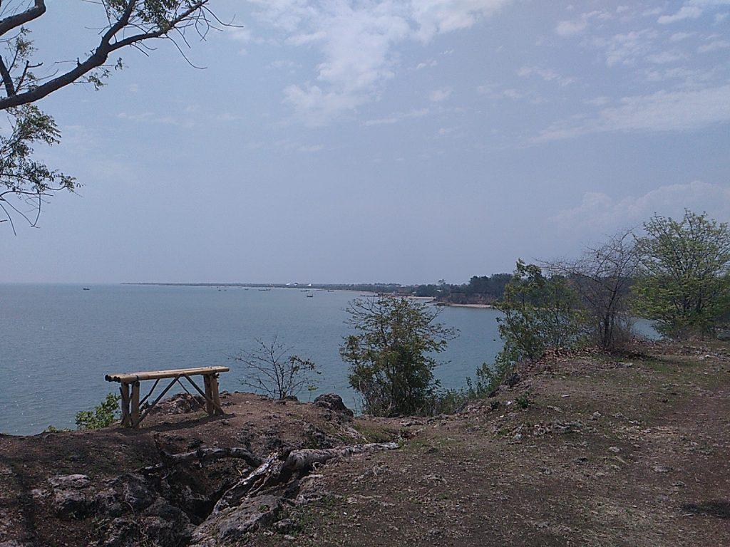Pantai Jumiang: Pantai Bening yang Terabaikan
